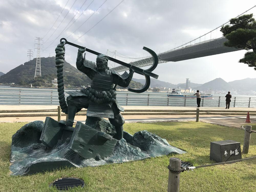 関門海峡の平知盛像