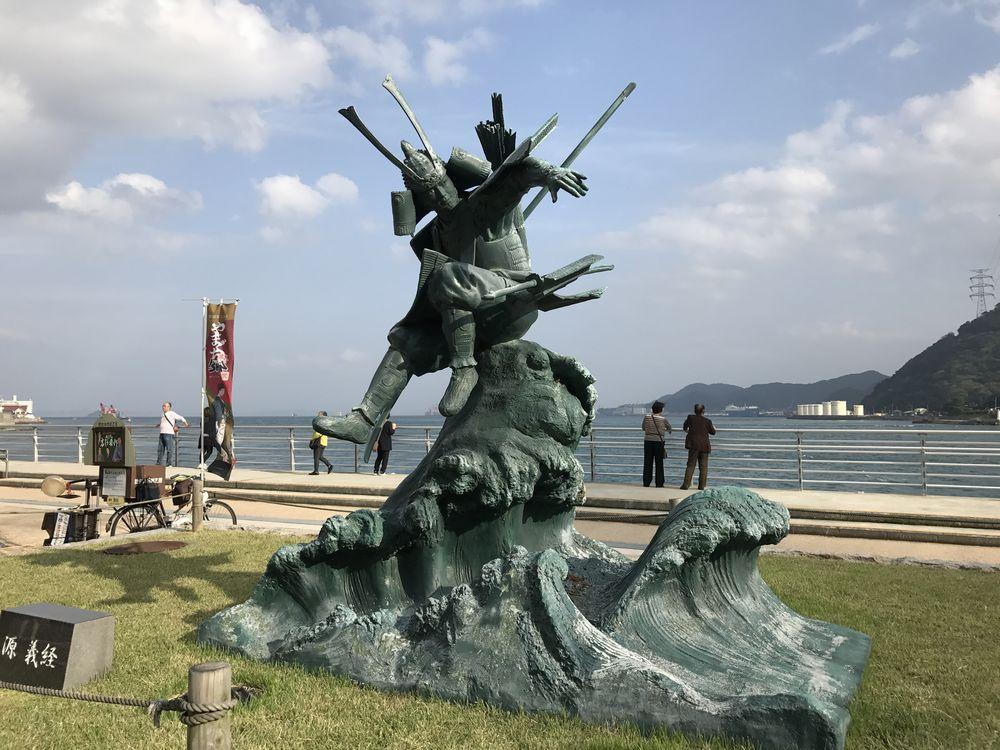 関門海峡の源義経像