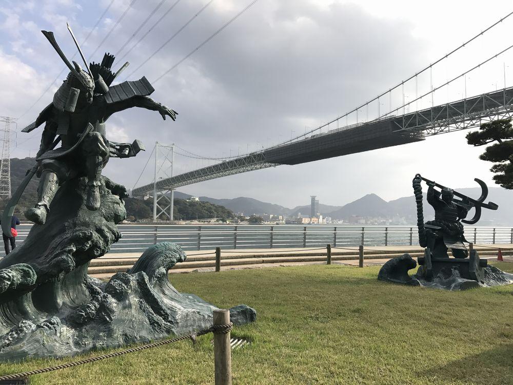 関門海峡の平知盛像と源義経像