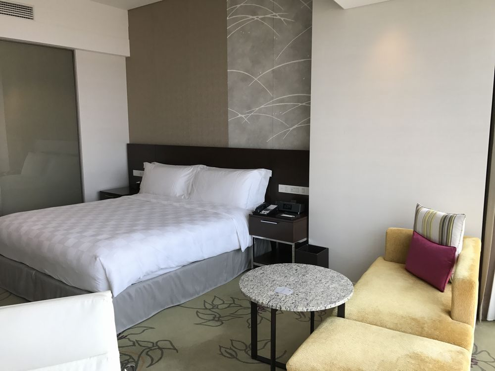 大阪マリオット都ホテルのスーペリアダブルルーム(ベッド側)