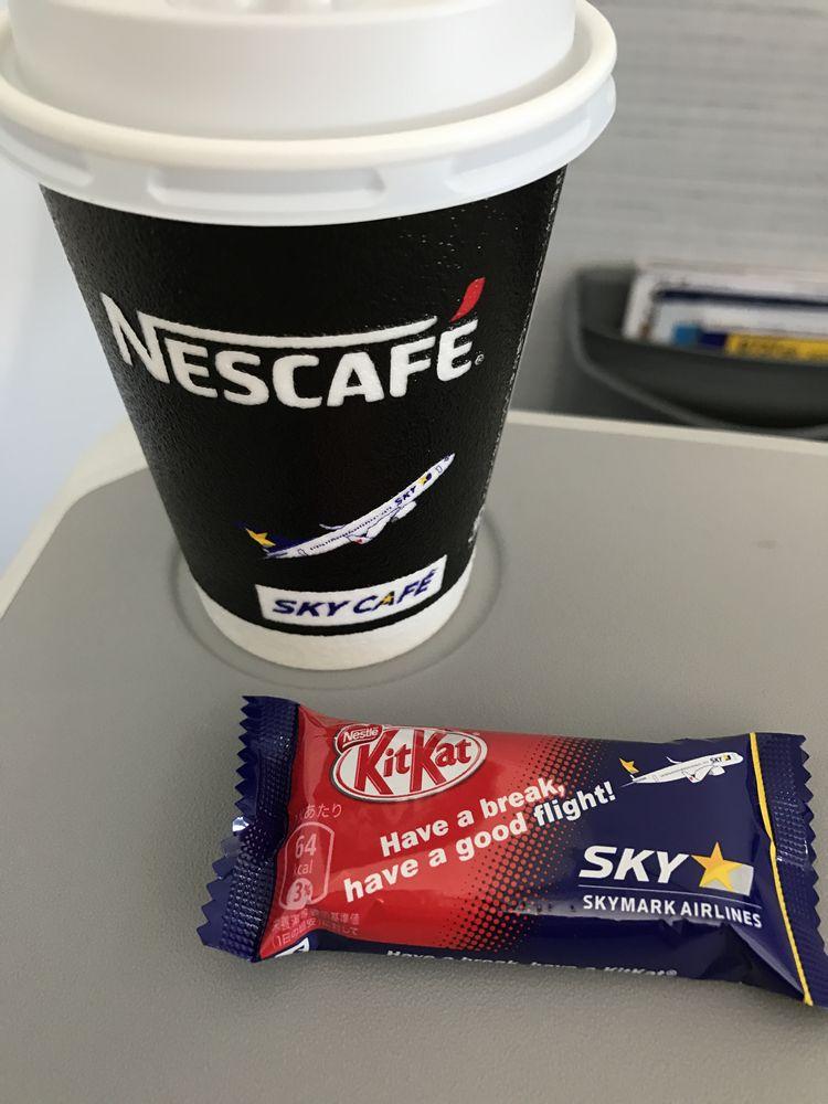 スカイマークのコーヒーとキットカット