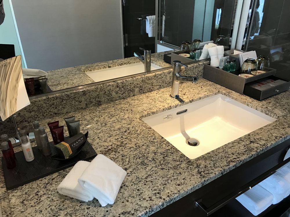 大阪マリオット都ホテルのスーペリアダブルルームの洗面台