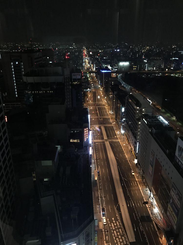 大阪マリオット都ホテルから深夜の道路