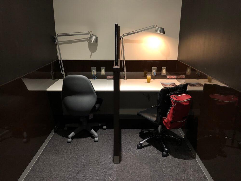 ラウンジ神戸の作業机1