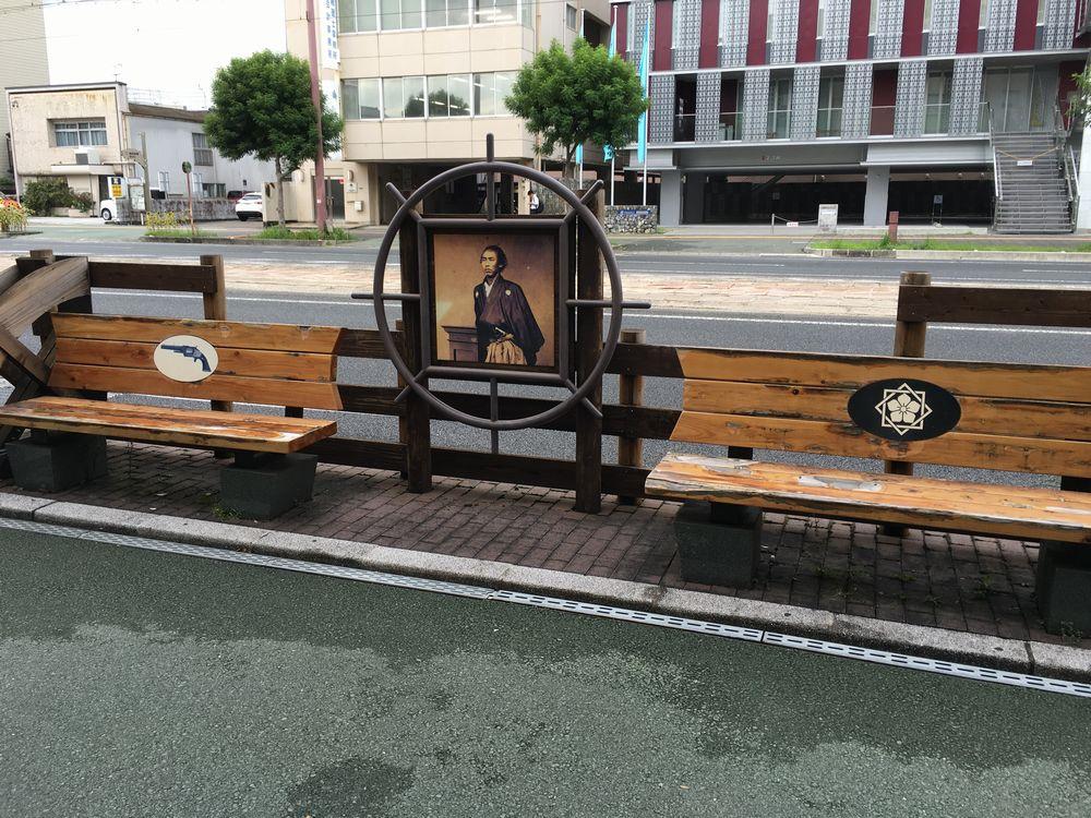 坂本龍馬生誕地の碑の前のベンチ