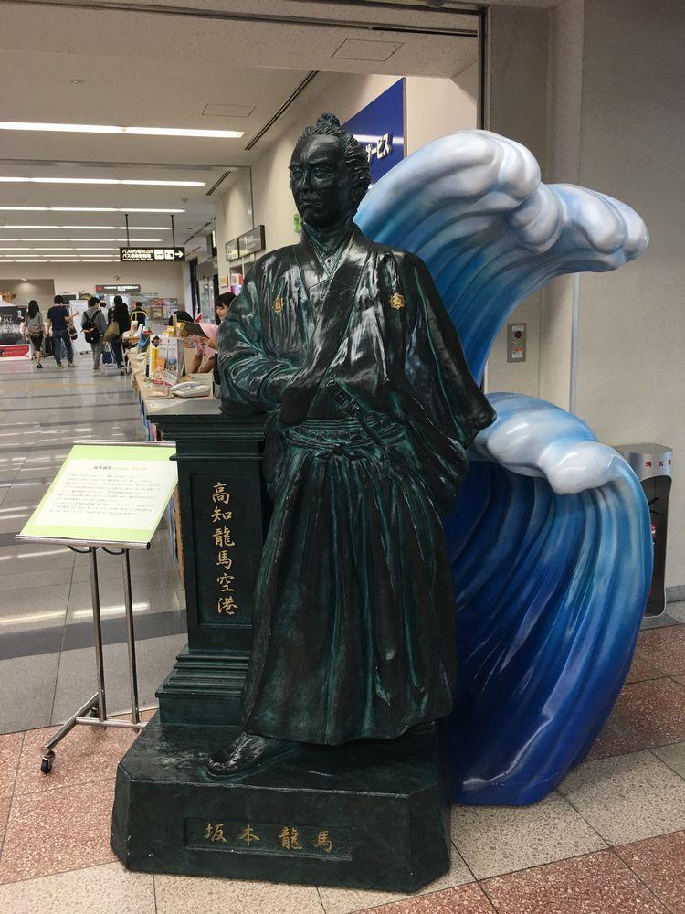 高知空港の坂本龍馬像