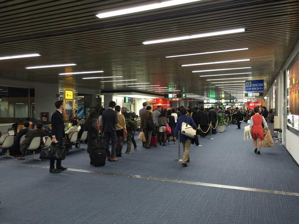 鹿児島空港の搭乗待ちの行列画像