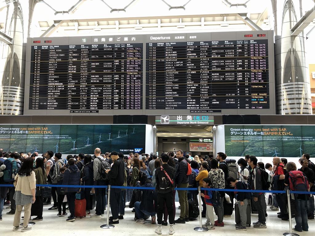成田空港の一般の保安検査場の行列