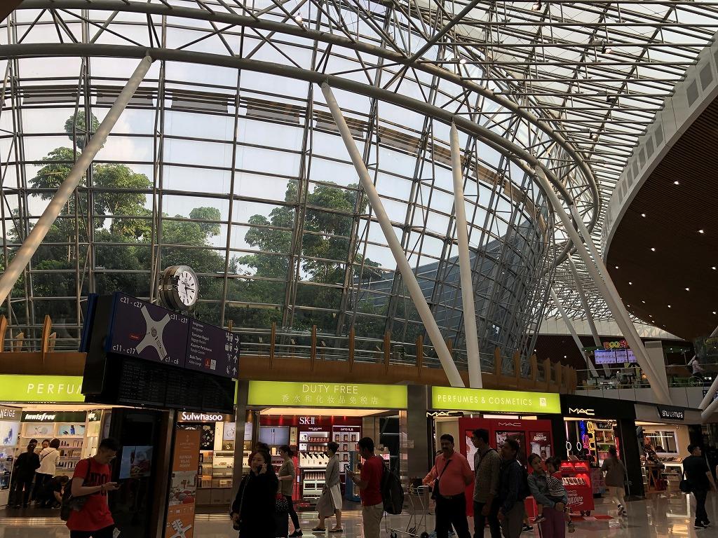 クアラルンプール国際空港のガラス張りの逆円錐