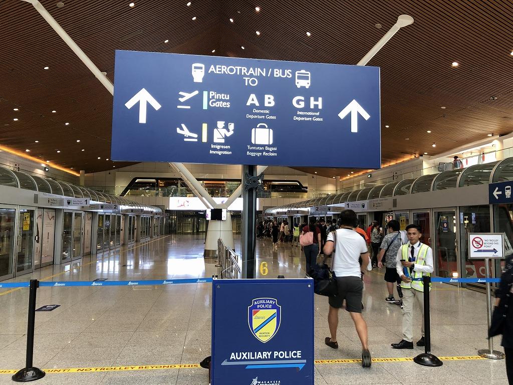 クアラルンプール国際空港のエアロトレインの入口