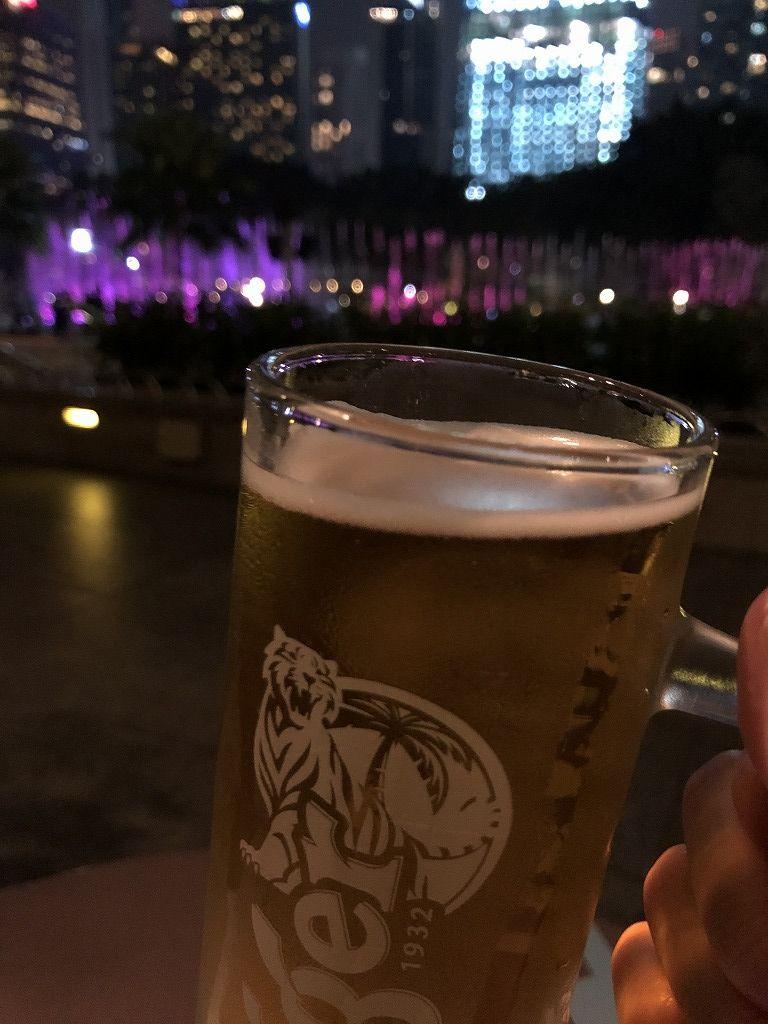 ペトロナスツインタワー(夜)の近くのテラス席でタイガービール