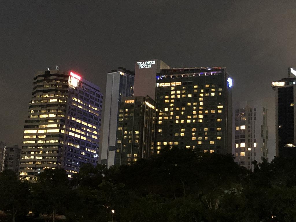 クアラルンプールのトレーダースホテルのバーの明かり