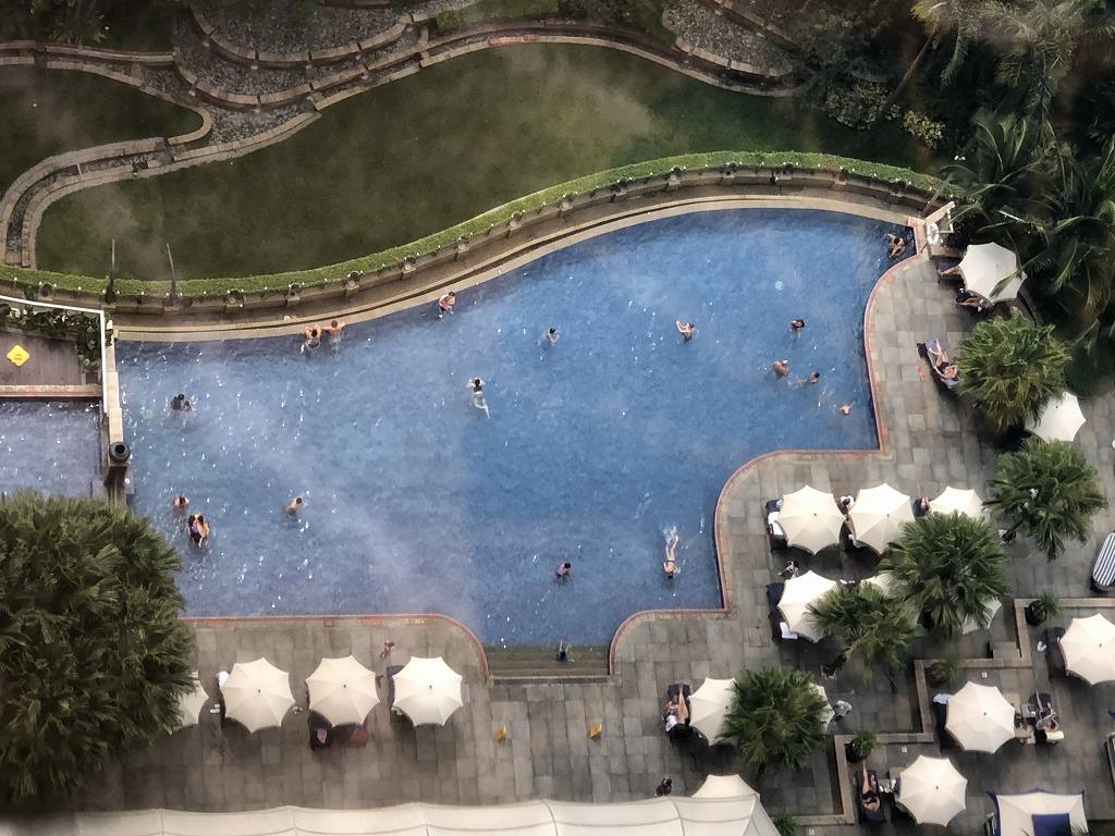 マンダリン オリエンタル クアラルンプールの部屋からプールを見下ろす