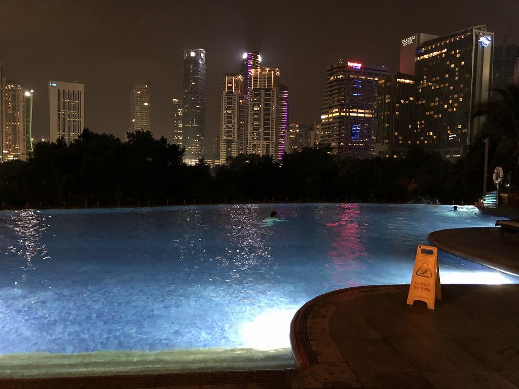 マンダリン オリエンタル クアラルンプールの夜のプール