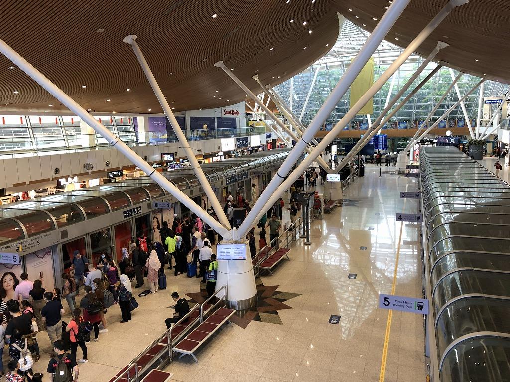 クアラルンプール国際空港の「ゴールデンラウンジ」のエントランスからエアロトレイン