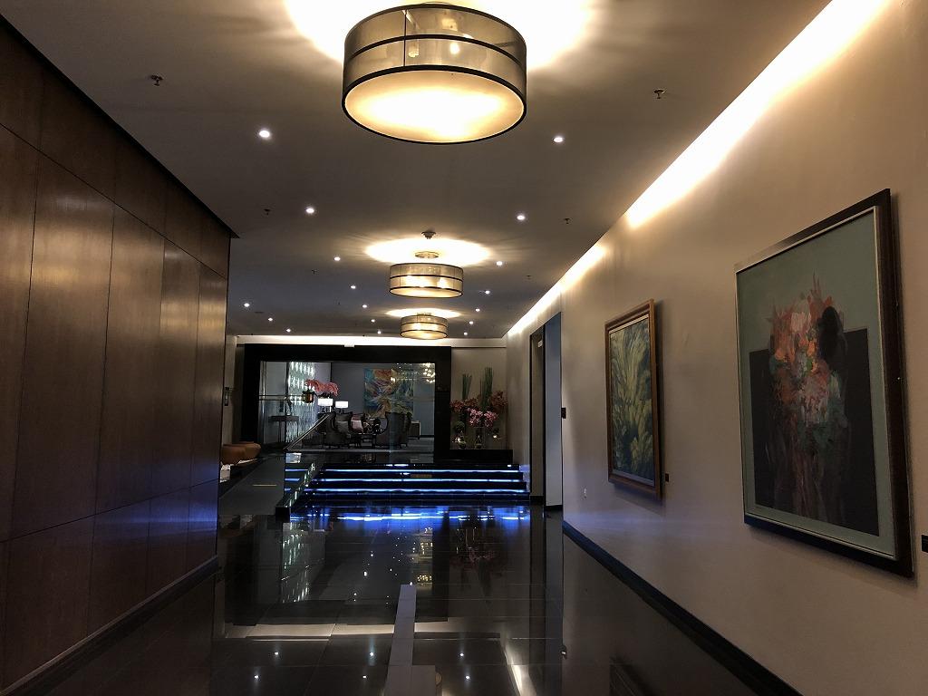 マレーシア航空の「ゴールデンラウンジ」のファーストクラスラウンジの通路1