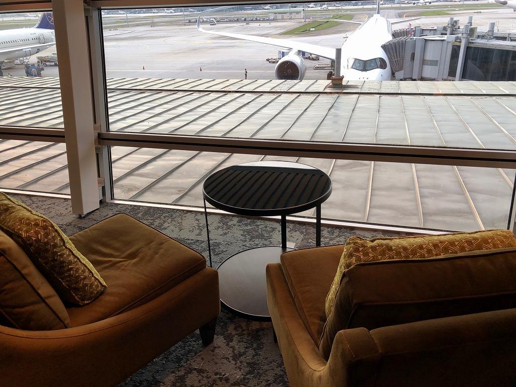 マレーシア航空の「ゴールデンラウンジ」のファーストクラスラウンジの窓際席4