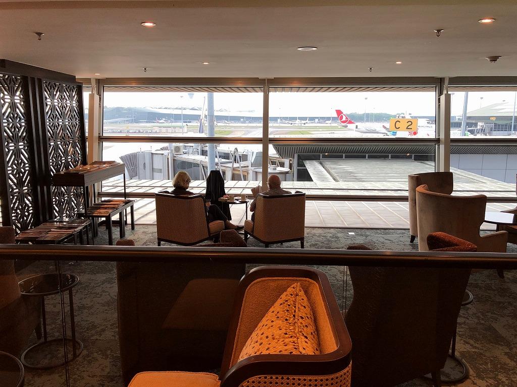 マレーシア航空の「ゴールデンラウンジ」のファーストクラスラウンジの窓際席1