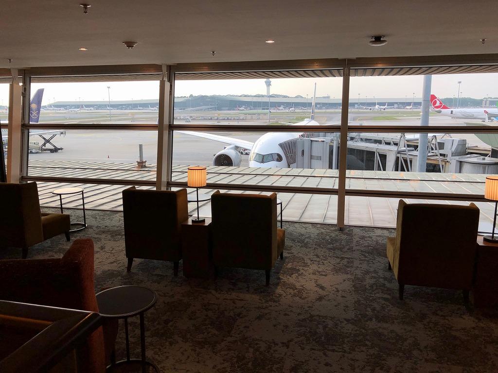 マレーシア航空の「ゴールデンラウンジ」のファーストクラスラウンジの窓際席2