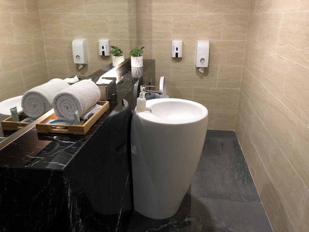 マレーシア航空の「ゴールデンラウンジ」のファーストクラスラウンジのFIRST CLASS SUITEのトイレ1