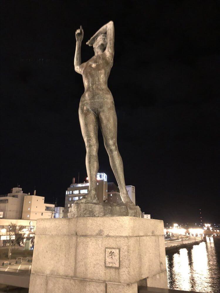 釧路の幣舞橋の「冬」の像