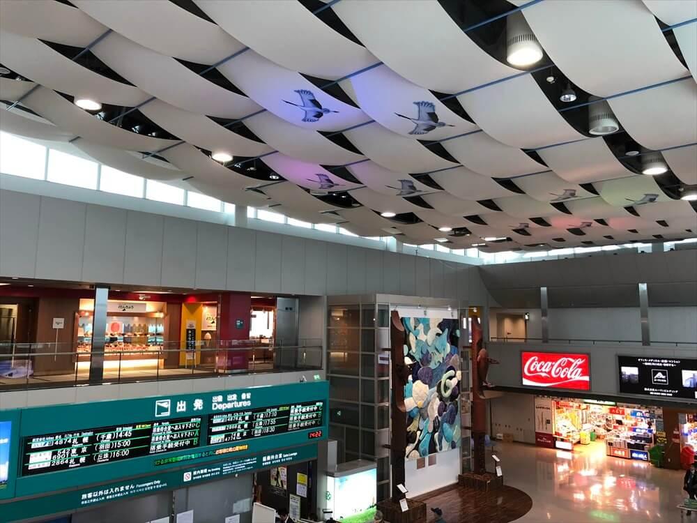 釧路空港の天井のタンチョウ
