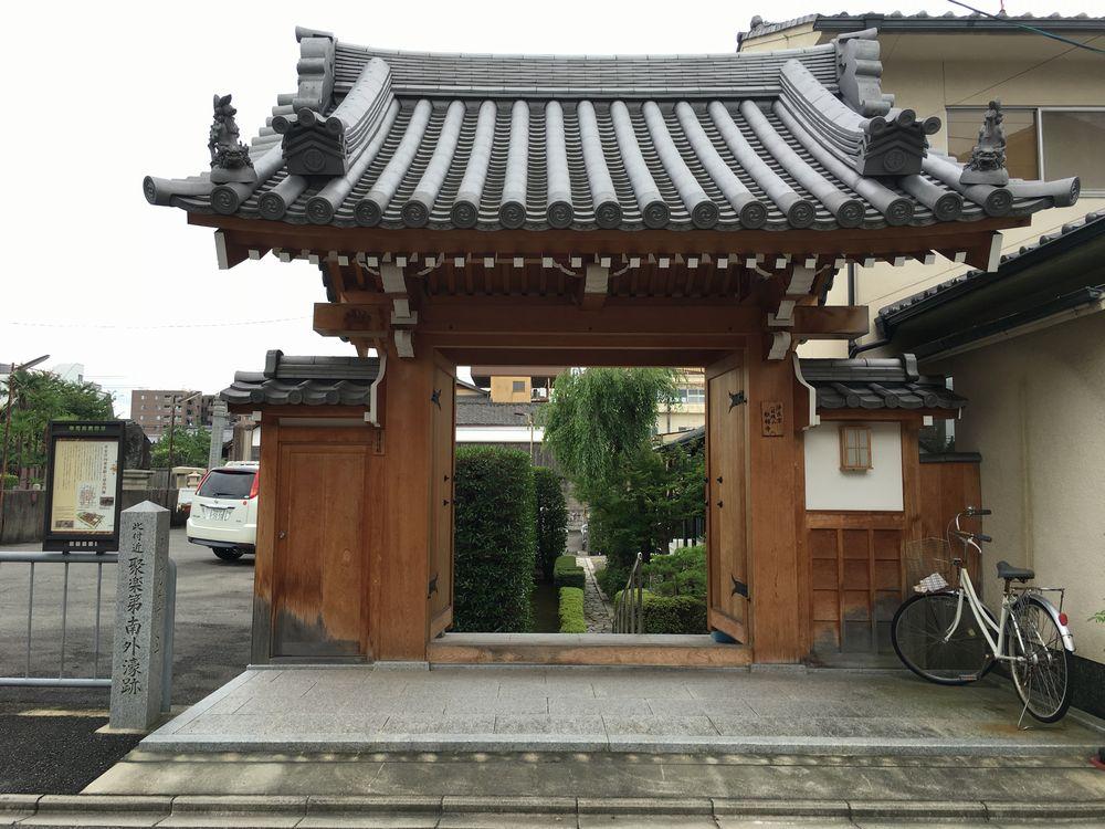 松林寺の山門
