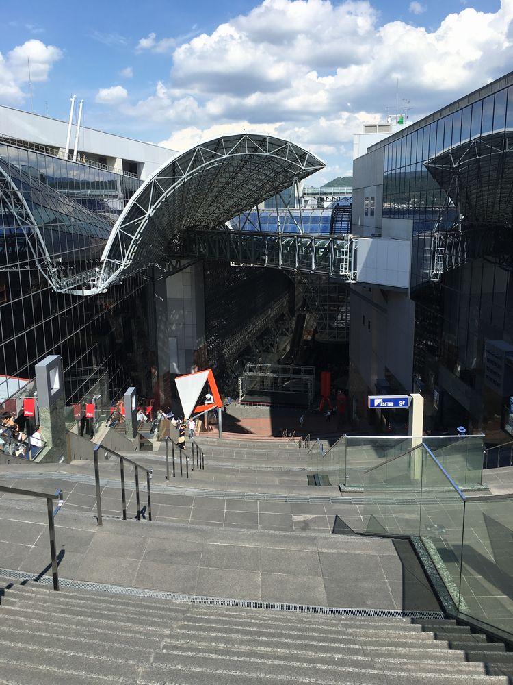 京都駅ビルの大階段を見下ろす