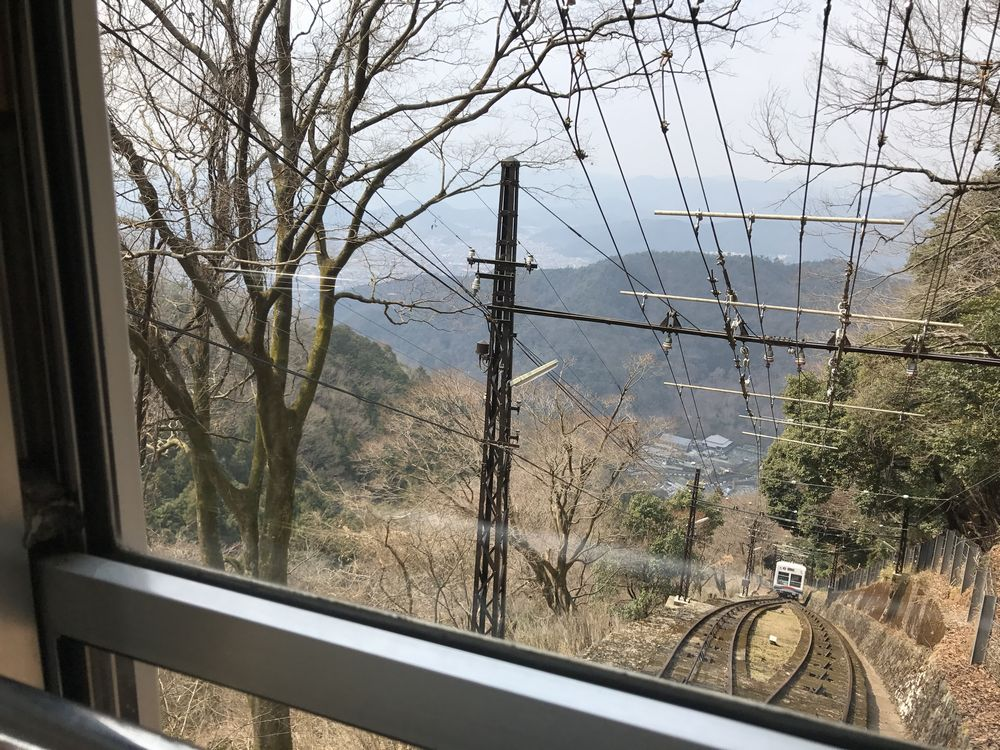 急勾配を登る叡山ケーブルカー