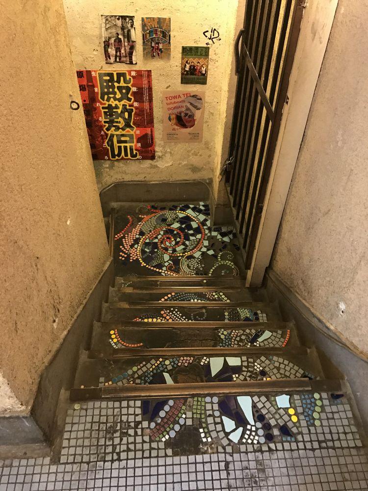 アンデパンダンへ降りる階段の飾りタイル