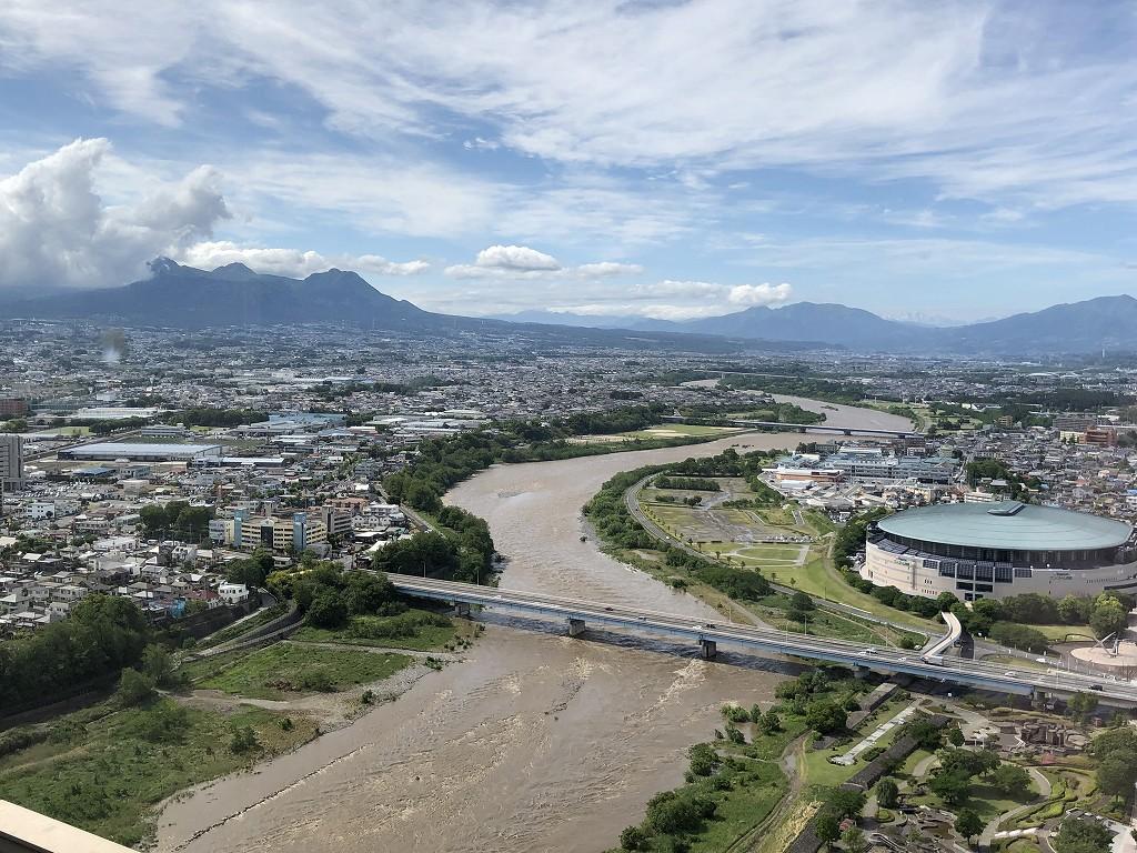 大雨で濁流の利根川と榛名山