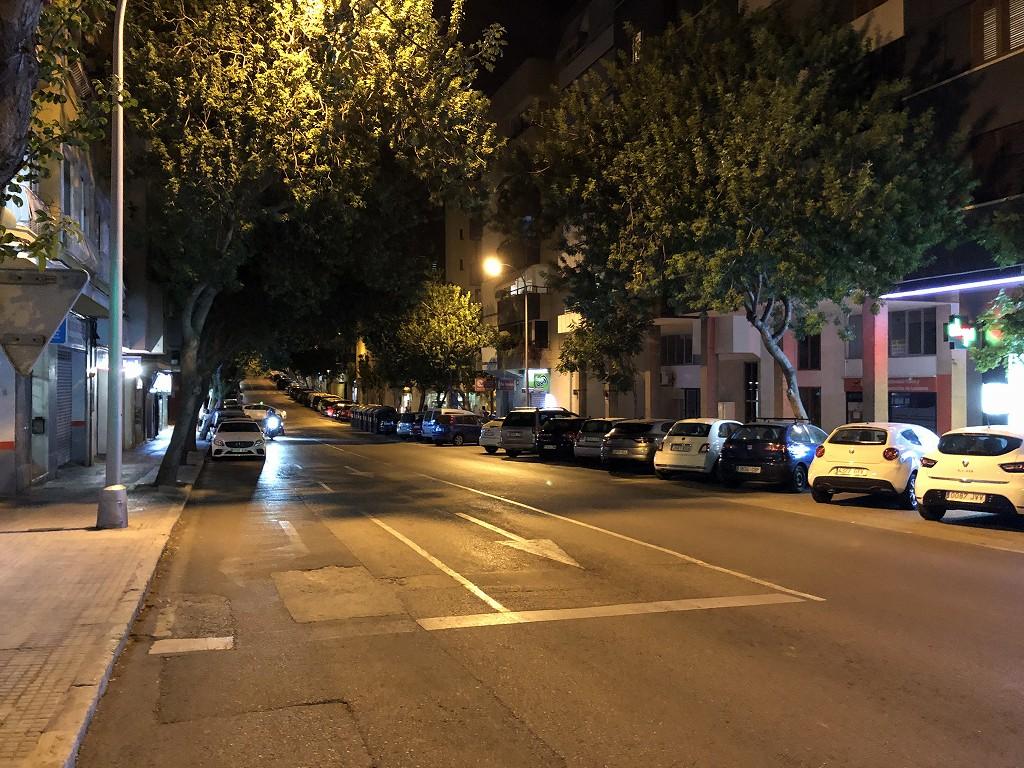 パルマ・デ・マヨルカ郊外の夜の道路