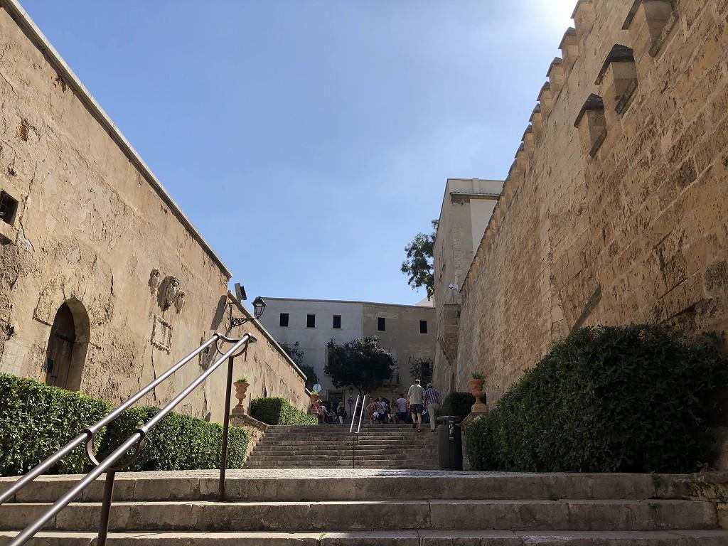 パルマ・デ・マヨルカ大聖堂への階段