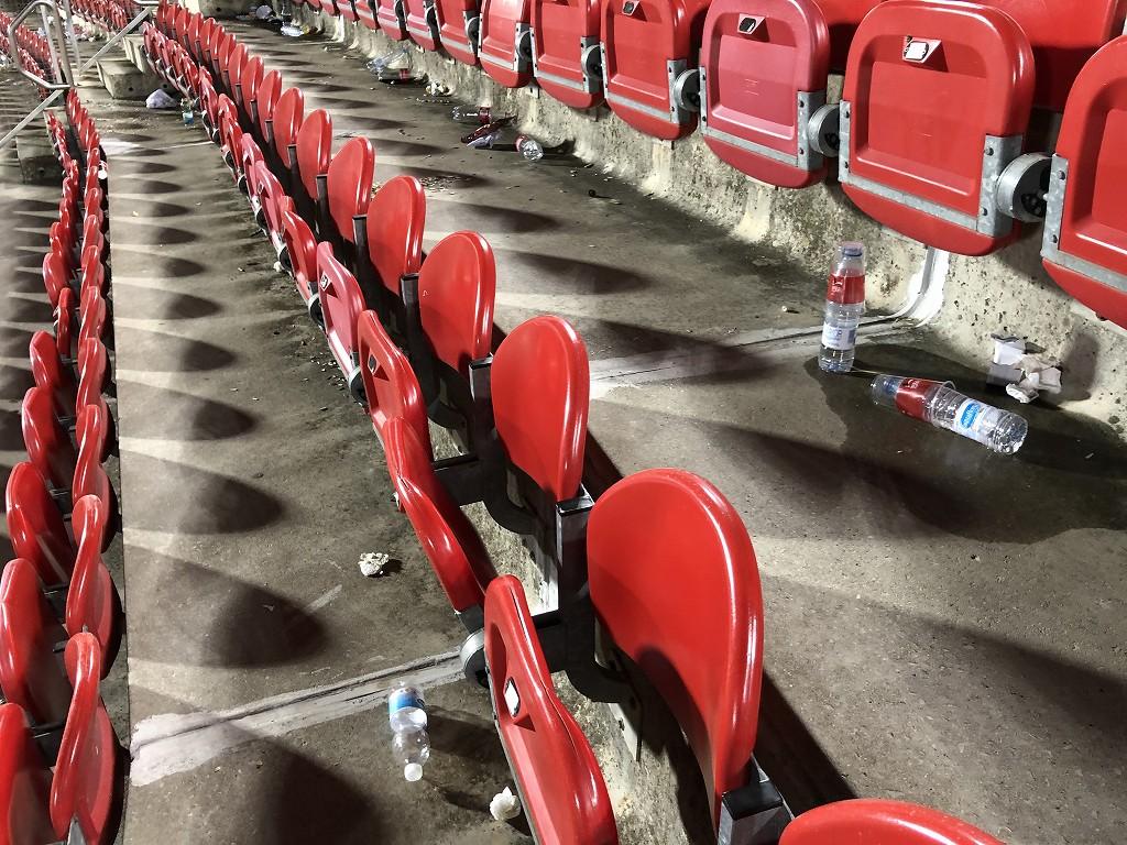 エスタディ・デ・ソン・モイシュの試合後のゴミ1