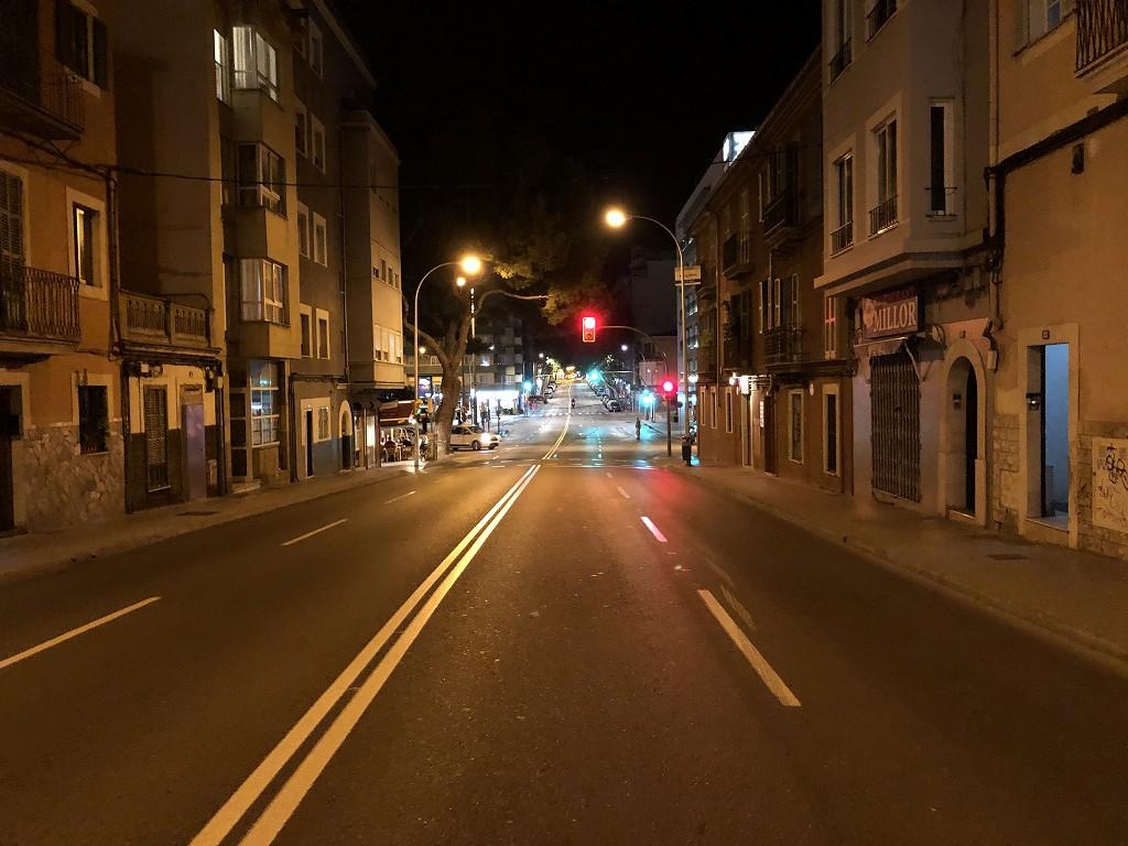 深夜のACホテル・シウタット・デ・パルマ前の道