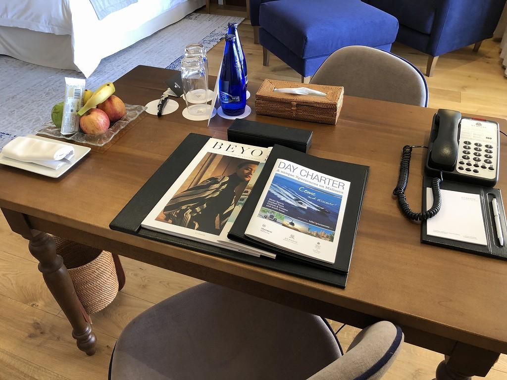 セントレジス・マルダバル・マヨルカリゾートのジュニアスイートのテーブル1