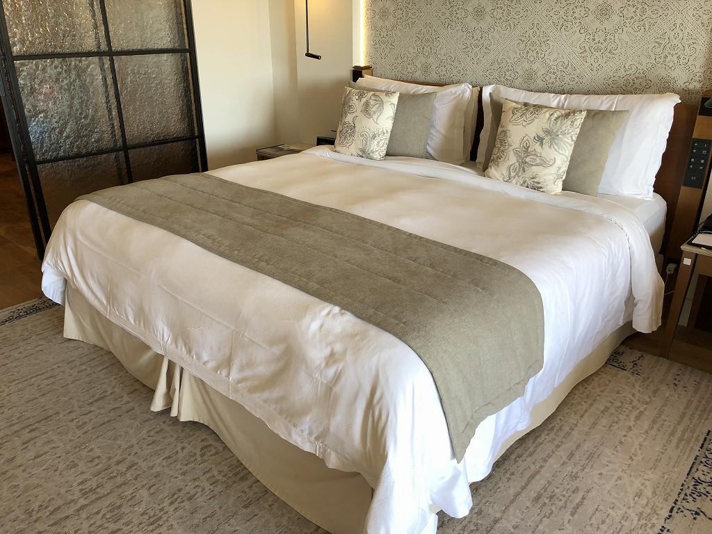 セントレジス・マルダバル・マヨルカリゾートのジュニアスイートのベッド