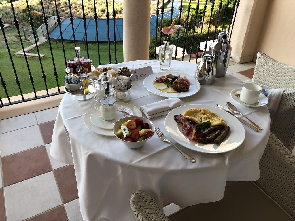 セントレジス・マルダバル・マヨルカリゾートのインルームダイニングの朝食1