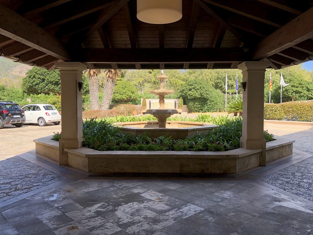 セントレジス・マルダバル・マヨルカリゾートの玄関前