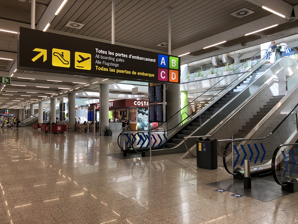パルマ・デ・マヨルカ空港のブエリング航空の出発フロアへ