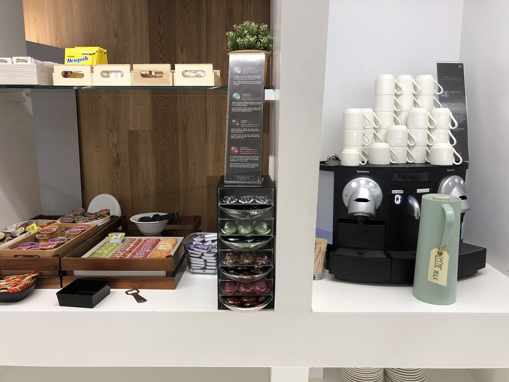 パルマ・デ・マヨルカ空港のSALA VIPラウンジ Formentorのコーヒーメーカー