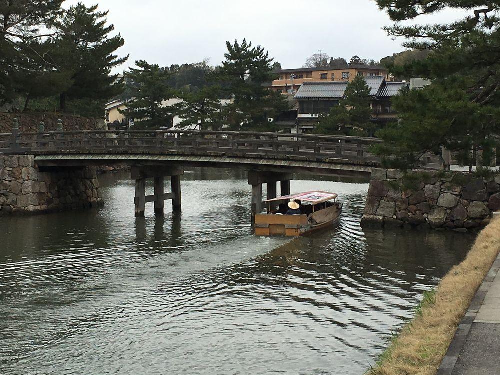 松江城の北惣門橋の下を通過する船