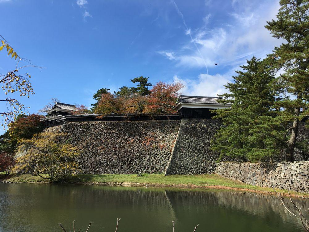青空の下の松江城の石垣