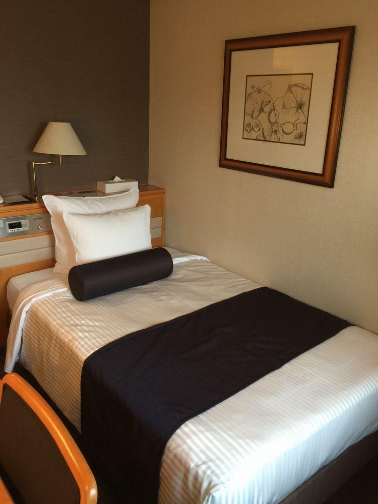 松山全日空ホテル本館シングルルームベッド側