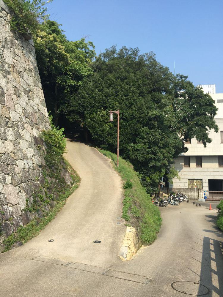 松山城県庁裏登城道の入口