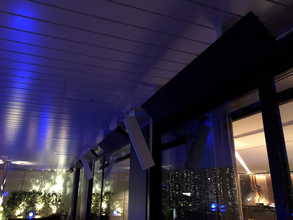 メズム東京のクラブラウンジ「club mesm」のテラス席の遠赤外線ヒーター
