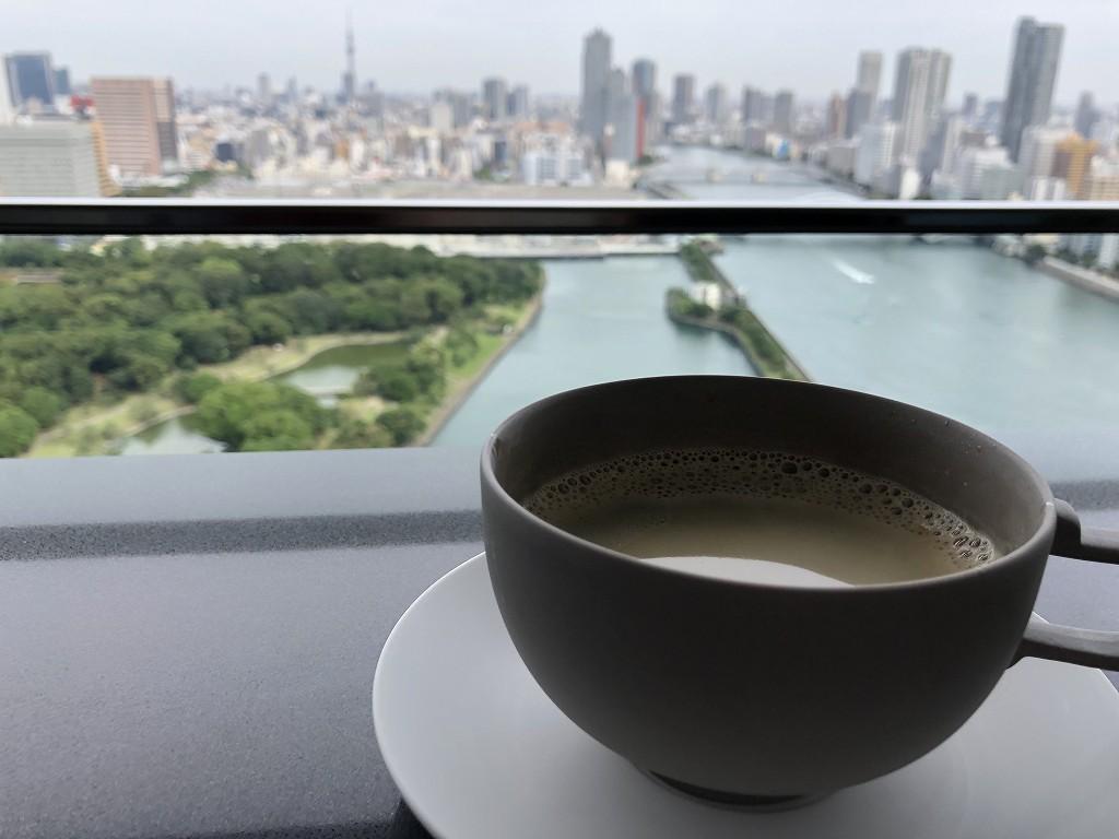 メズム東京「club mesm」のテラス席でコーヒー