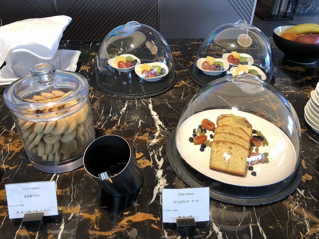 メズム東京「club mesm」のお菓子とフルーツ