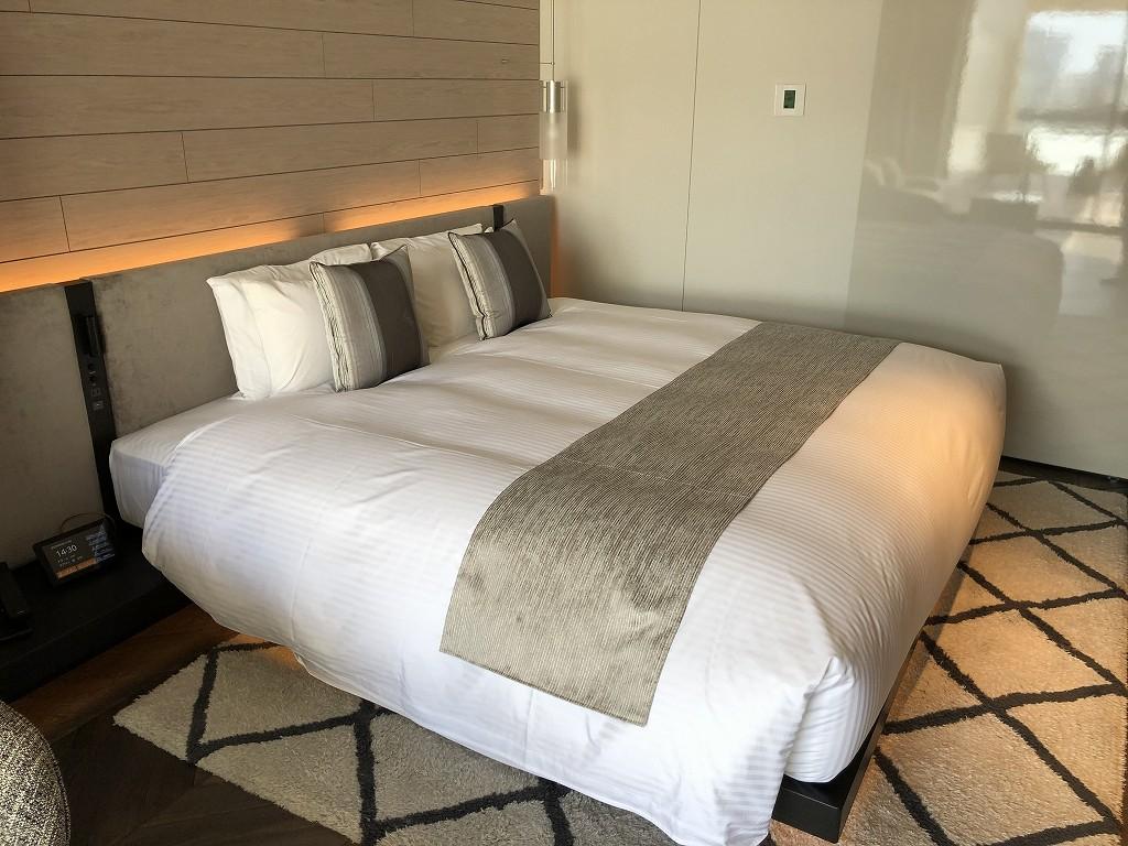 三井ガーデンホテル神宮外苑の杜プレミアのジュニアスイートキングのベッド