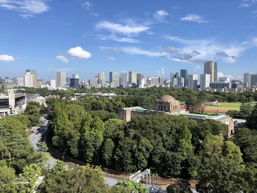 三井ガーデンホテル神宮外苑の杜プレミアの屋上テラスから聖徳記念館